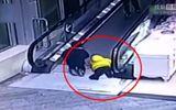 Tai nạn thang cuốn, bé mẫu giáo bị kẹp đứt tay