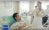Bạn trai sắp phải cưa chân, cô gái trẻ vẫn kiên quyết mặc váy cưới cầu hôn ngay tại phòng cấp cứu