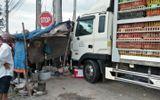 Xe tải chở vịt gây tai nạn, 2 người tử vong