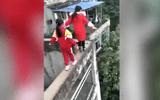 Rùng mình xem clip 3 bé gái tiểu học mạo hiểm chạy nhảy trên tường cao 20m