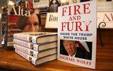 Tỷ phú Mỹ mua 535 quyển sách về ông Trump tặng nghị sĩ Quốc hội
