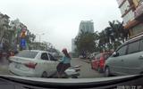 """Nữ """"ninja Lead"""" đâm liên tiếp vào ô tô để trả thù sau va chạm"""