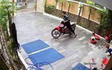 """Clip: Trộm đột nhập vào nhà dân  """"nhảy"""" xe máy giữa ban ngày"""