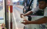 Tài xế dùng tiền lẻ thấm nước mua vé qua Trạm BOT Cần Thơ – Phụng Hiệp