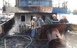 Đang neo đậu tại bến để sửa chữa, tàu cá bỗng nhiên bốc cháy
