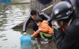 Người dân Thủ đô thả cá chép tiễn ông Công, ông Táo về chầu trời
