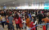 29 Tết: Sân bay Tân Sơn Nhất chật cứng, người chen người