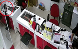 """Clip: Người phụ nữ trộm iPhone """"nhanh như chớp"""" trong cửa hàng điện thoại"""