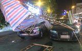 Giàn giáo công trình đổ trúng 2 ô tô, tài xế may mắn thoát chết