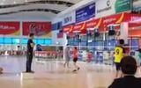 Đóng cửa chơi cầu lông trong nhà ga sân bay Đồng Hới