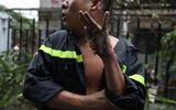 Vụ cháy chung cư Carina: Dân mạng cảm động hình ảnh người lính cứu hỏa bị bỏng lột bàn tay