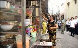 Ông Đoàn Ngọc Hải kiểm tra chợ 150 năm tuổi ở Sài Gòn