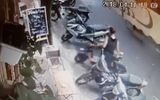 Clip: Người phụ nữ thản nhiên dắt trộm xe đạp điện trên phố
