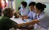 """Đoàn y bác sĩ """"vượt núi"""" khám bệnh cho bà con nghèo tỉnh Quảng Ngãi"""