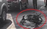 Nam thanh niên tự đốt xe máy khi bị CSGT lập biên bản