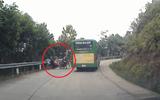 Clip: Tai nạn giao thông, 3 người trên xe máy văng xuống đường