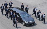 """Lớp """"bảo vệ thép"""" hộ tống xe ông Kim Jong-un đi ăn trưa"""