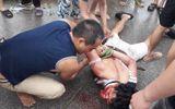 Nghi bắt cóc trẻ em, người dân vây đánh người đi ô tô giữa ban ngày