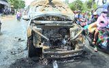 Cha ôm con 8 tuổi thoát khỏi ôtô trước khi xe bốc cháy dữ dội