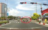 Video: Nam thanh niên chạy xe tốc độ cao, vượt đèn đỏ suýt gây tai nạn