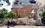 Sập nhà 2 tầng đang tháo dỡ ở Sài Gòn, 1 người tử vong