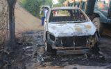 Ô tô bất ngờ bốc cháy, 7 người  trong gia đình hoảng hốt tháo chạy