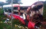 Container đâm ô tô giường nằm giữa đêm khuya, hơn 10 người bị thương