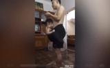 Video: Ông bố của năm dùng quần đùi để ru con ngủ