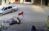 Clip: Ô tô sang đường đột ngột, hất tung người đi xe máy vào vỉa hè