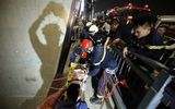 Hà Nội: Giải cứu một thanh niên rơi khỏi cầu Nhật Tân