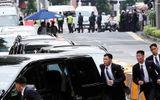 Ấn tượng trước hình ảnh 12 vệ sĩ chạy bộ tháp tùng ông Kim Jong-un về khách sạn