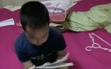 Cậu bé lớp 3 vừa đọc bảng cửu chương vừa khóc khiến người xem bật cười nhớ về tuổi thơ dữ dội