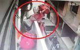 Video: Thót tim cảnh người phụ nữ rơi khỏi ban công chỉ vì nhường đường