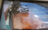 Clip: Táo tợn đập vỡ tủ kính, cướp hàng chục sợi dây vàng trong vài giây