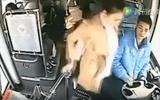 Cô gái ngang nhiên đạp phanh xe buýt vì bực tài xế khiến hành khách ngã sấp mặt