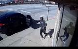 Video: Nghẹt thở màn đấu súng giữa cảnh sát và 2 tên cướp trên phố