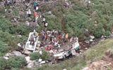Xe buýt lao xuống hẻm núi, gần 50 người tử vong