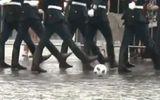 """Video: Fan bóng đá """"tan chảy"""" trước hình ảnh quân nhân Nga vừa diễu hành vừa đá bóng"""