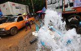 Nhiều người Thái tự ý sử dụng máy bơm làm nước chảy ngược lại hang đội bóng nhí mắc kẹt