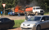 """Video: Xe chở hàng hiệu bốc cháy, xe hút bể phốt đi ngang thành """"anh hùng"""" dập lửa"""