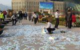 Video: Trầm cảm, người phụ nữ mang tiền đi rải đầy đường