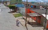 Video: Xui xẻo cướp nhầm nữ võ sĩ, nam thanh niên nhận cái kết đau đớn