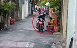 Video: Ngồi đếm tiền trước nhà, người phụ nữ bị cướp giật phăng túi xách