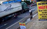 """Video: Nữ """"Ninja"""" suýt mất mạng vì va chạm với xe container khi sang đường"""