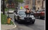 Video: Người đàn ông cởi trần nhảy lên 3 xe cảnh sát đập phá