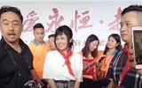 Điều tra việc công ty Trung Quốc để nữ diễn viên phim khiêu dâm quàng khăn đỏ
