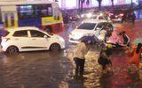 Hà Nội: Nhiều tuyến phố ngập sâu, giao thông hỗn loạn vì mưa lớn