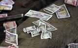 Người dân dựng lều, liều mạng lao ra đường để nhặt tiền lẻ trước mũi ô tô trên Quốc lộ 1