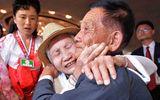 Xúc động các gia đình Hàn Quốc tới Triều Tiên đoàn tụ với thân nhân sau 65 năm chia cách