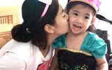 Xúc động khoảnh khắc đồng nghiệp đưa con gái Mai Phương vào viện đón sinh nhật